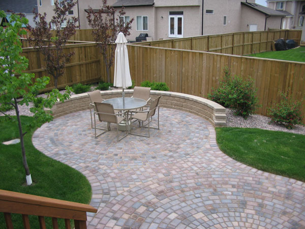 Victorian circle patio with Pisa 2 garden wall on Tangle Ridge Crescent